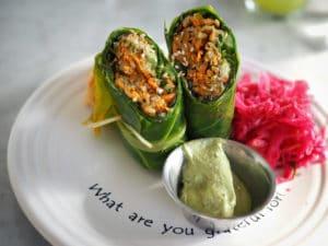 rohköstliche Wraps mit Daikon, Wakame, Avocado, fermentiertem Gemüse und einer Sesam-Wasabi Sauce.