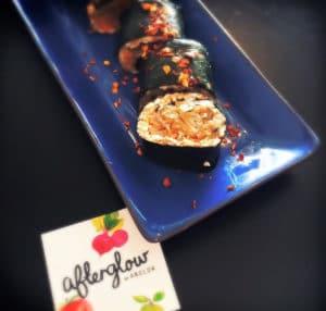"""rohes Sushi mit """"Reis"""" aus Mandeln und Kimchi"""