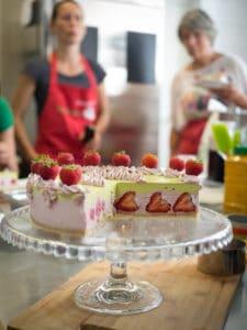 Bewundernde Blicke für die Erdbeer-Torte
