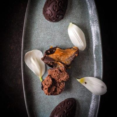 Ostereier mit Salted Caramel und Schokomousse Füllung