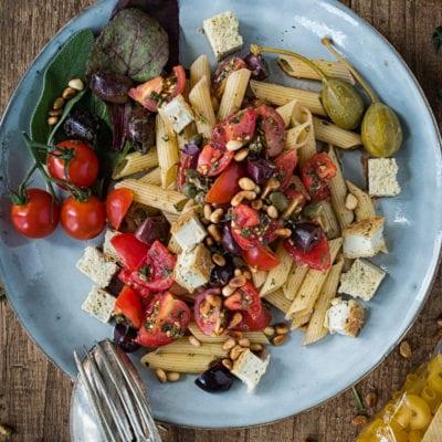 Griechische Wildkräuter Pasta mit gebackenem Cashew Feta – glutenfrei