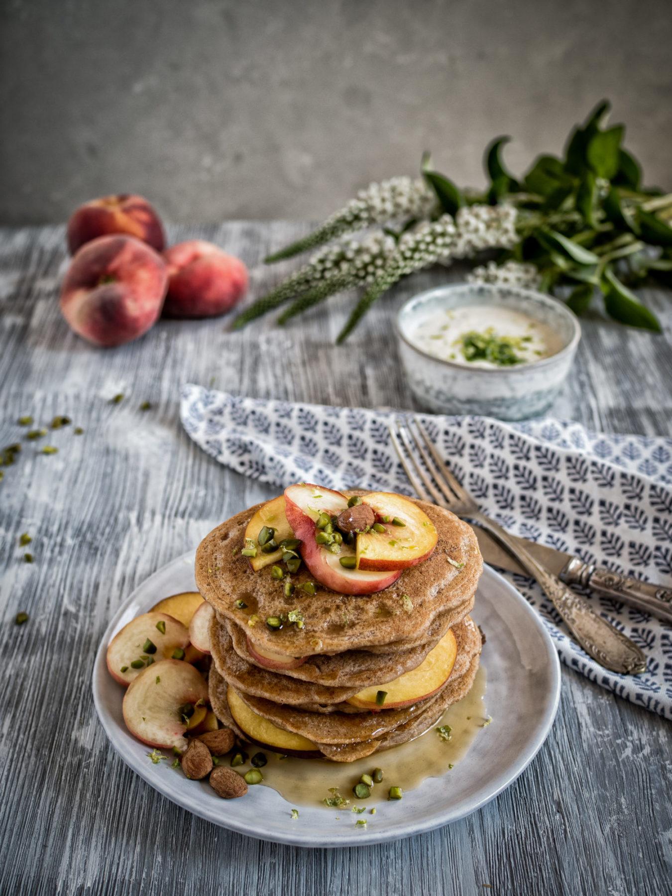 """vegane Frückstücksideen zum Muttertag:Vegane """"Buttermilch"""" Pancakes mit Pfirsich und Zitronenmelisse"""