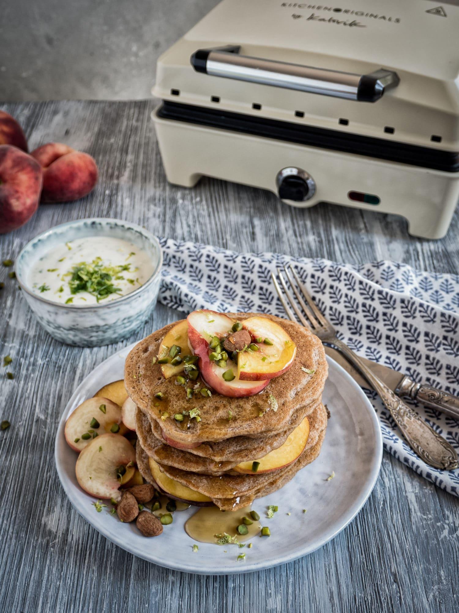 """Vegane """"Buttermilch"""" Pancakes mit Pfirsich und Zitronenmelissen Joghurt aus dem Efbe Gourmet Chef"""