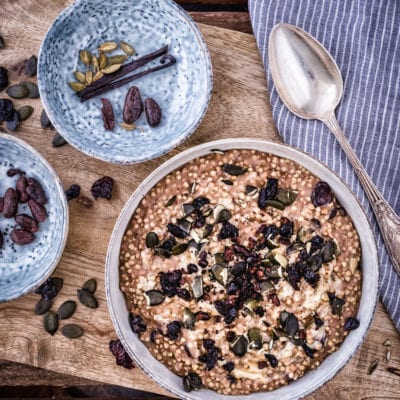 Gewürz Porridge mit Kürbiskernen und Sauerkirschen