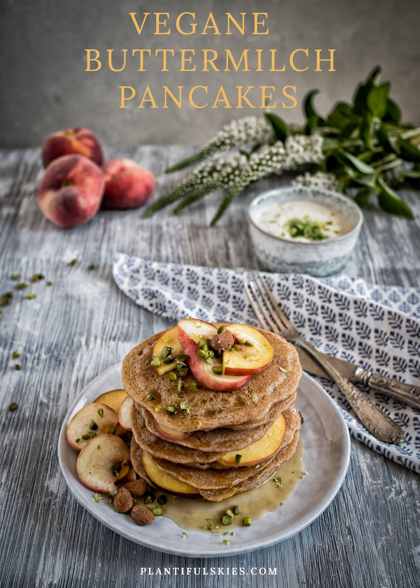 """Vegane """"Buttermilch"""" Pancakes mit Pfirsich und Zitronenmelisse"""