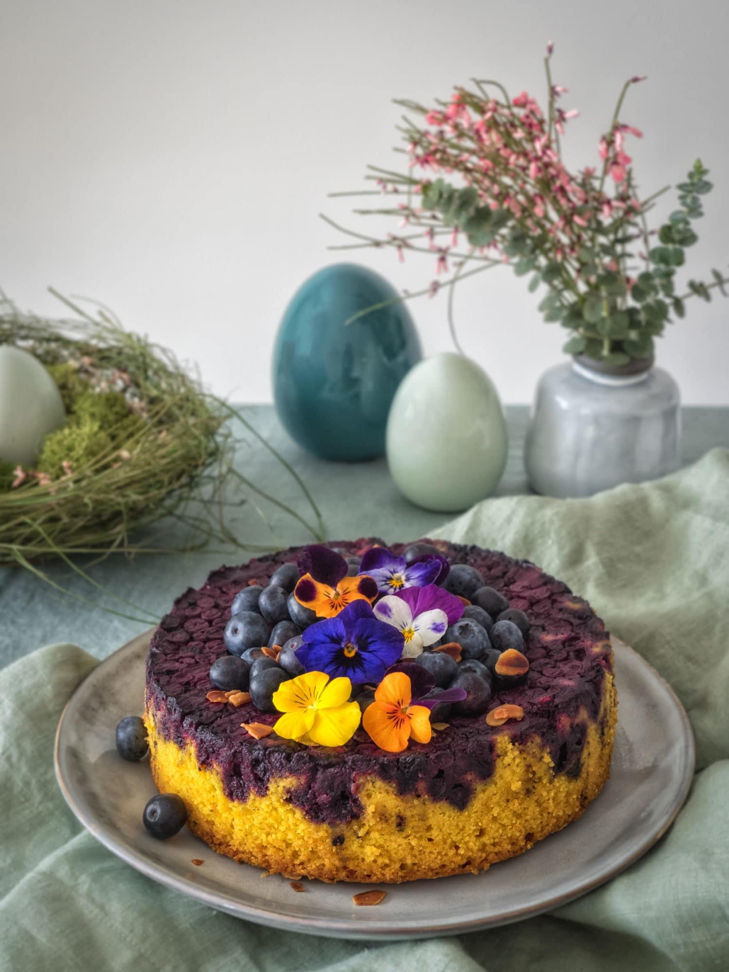 Kurkuma Kuchen mit Blaubeeren und Leonardo Osterdeko