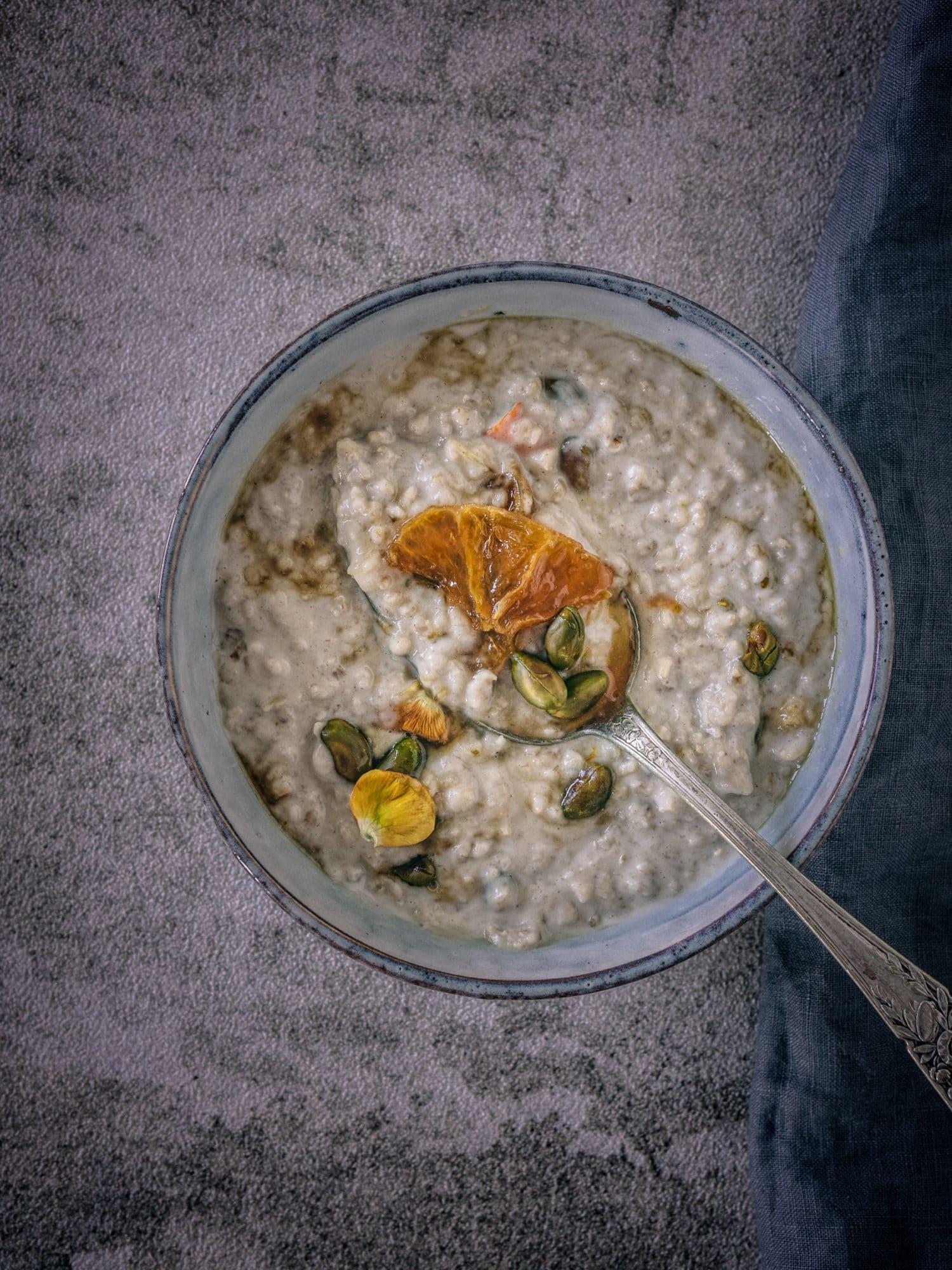 Tahine Porridge auf dem Löffel