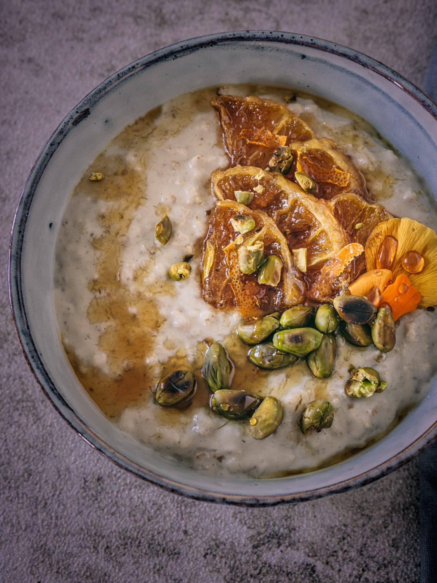 vegane Frühstücksideen zum Muttertag: Tahina Porridge aus der Nähe