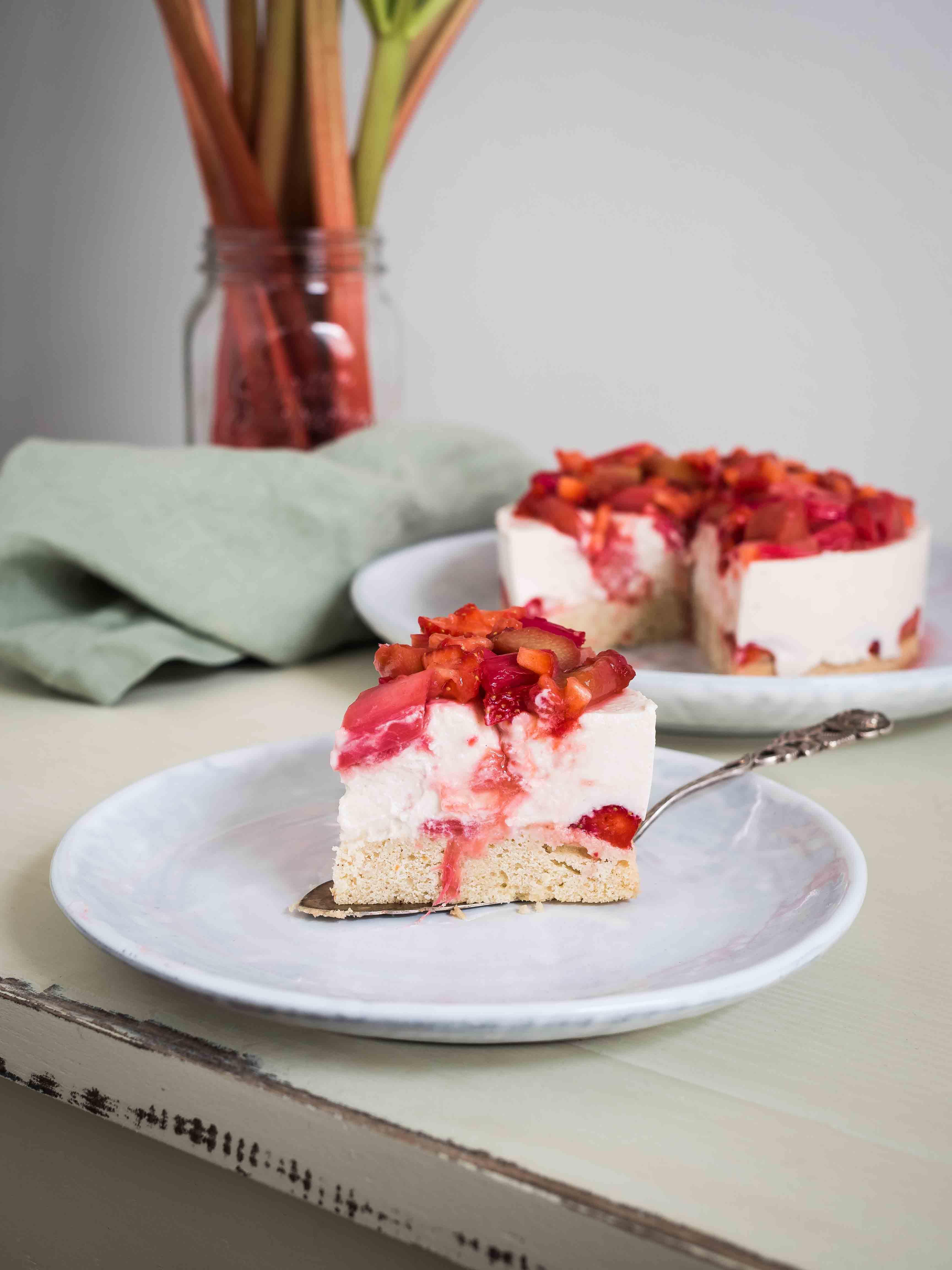 Erdbeer Rhabarber Kuchen: Frischkäse, Beeren und karamellisierter Rhabarber.