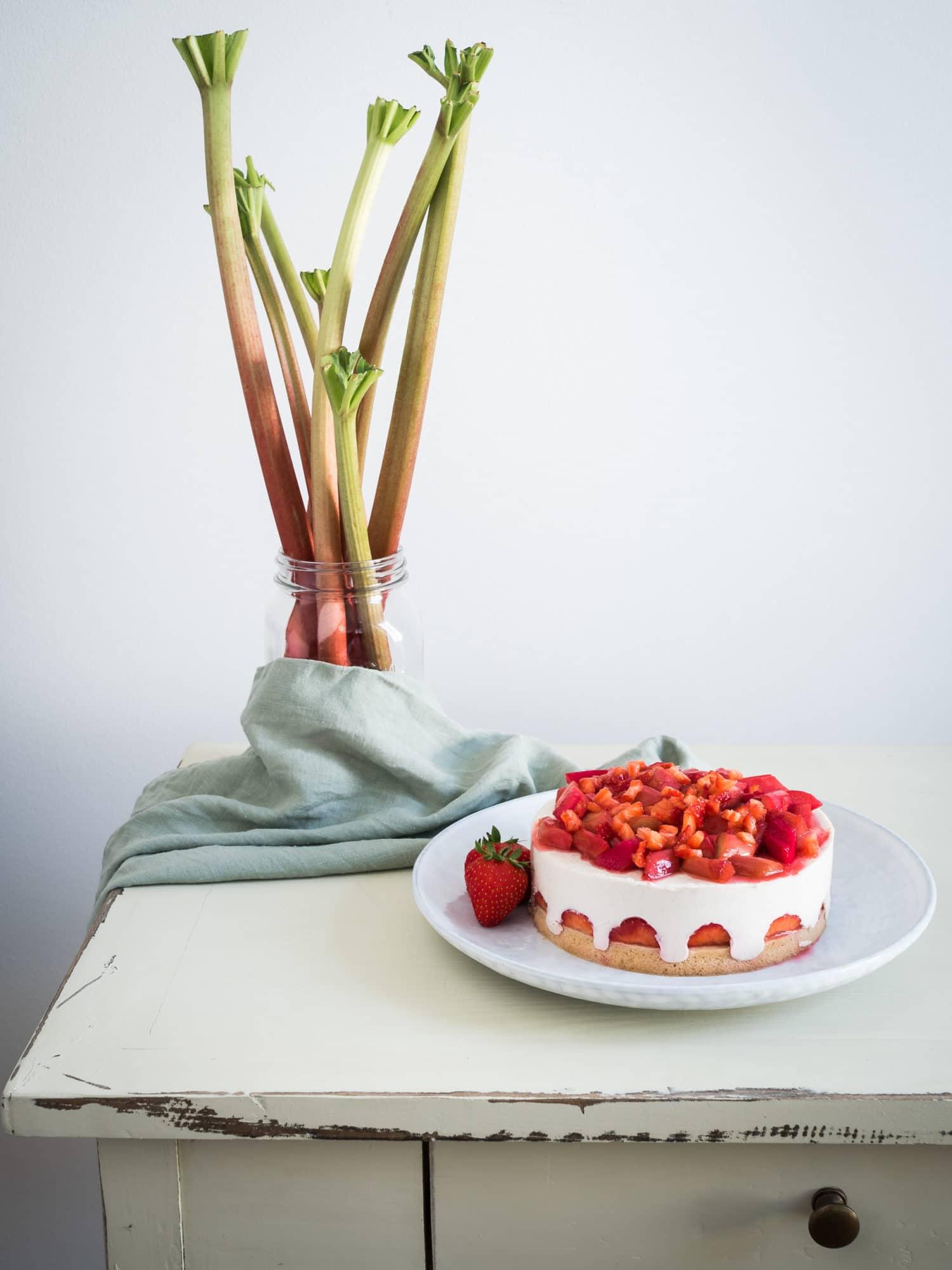 Veganer Erdbeer Rhabarber Kuchen mit Frischkäse