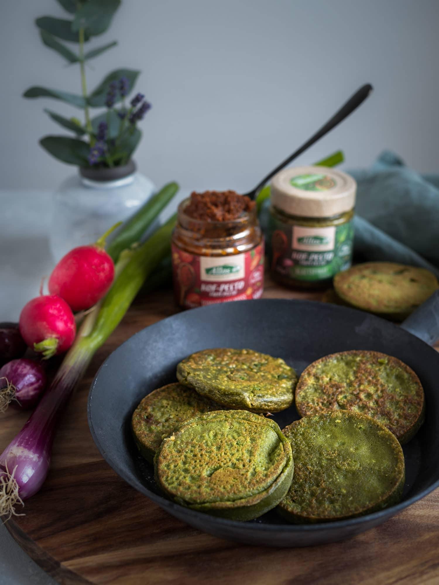 herzhafte vegane Pesto Pfannkuchen frisch aus der Pfanne