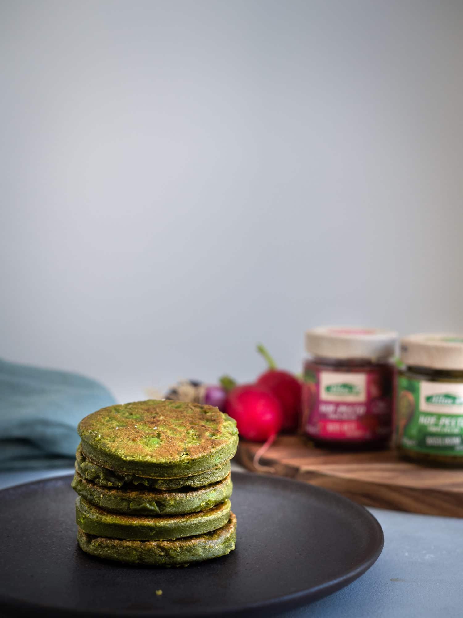 vegane Pesto Pfannkuchen mit Erbsen, Frühlingszwiebeln und Koriander