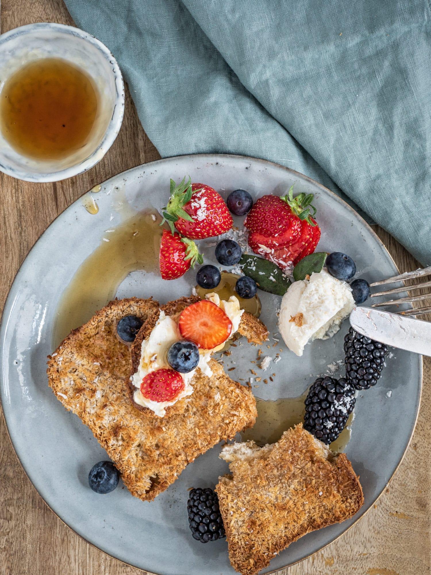 veganer French Toast mit Kokos, Sauerrahm und Beeren