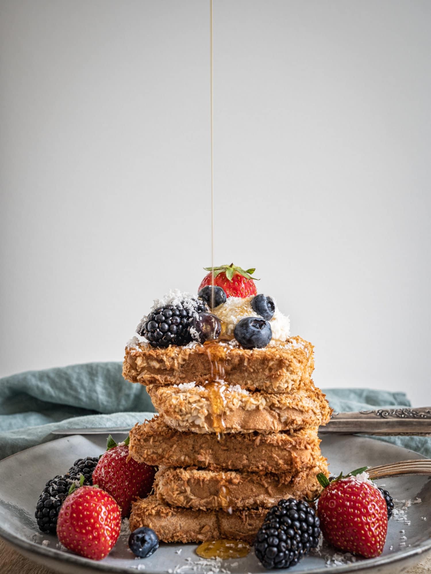 vegane Frühstücksideen zum Muttertag: veganer French Toast mit Kokos und Ahornsirup