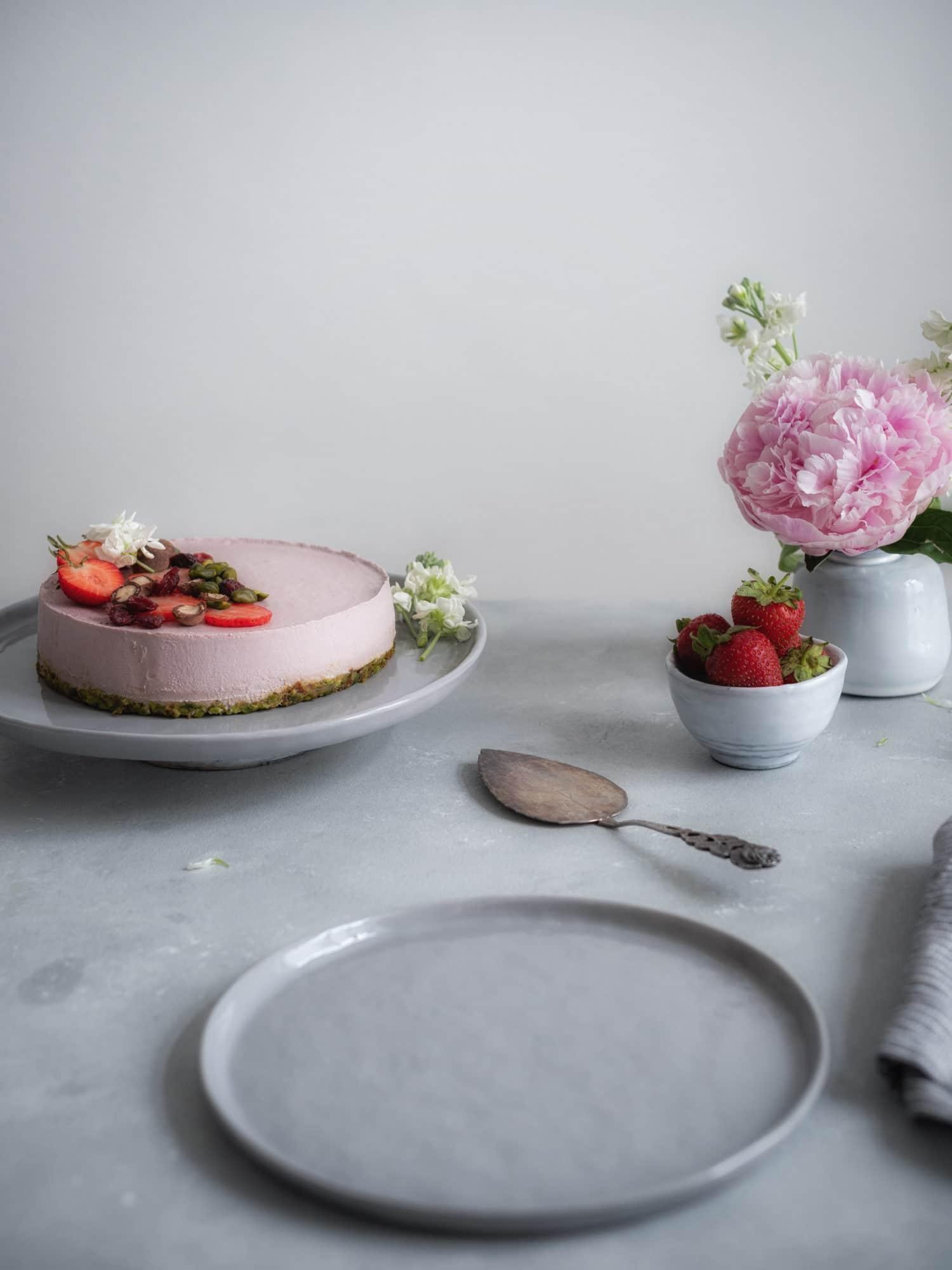 Vegane Eistorte mit Erdbeeren. Gedeckter Tisch.