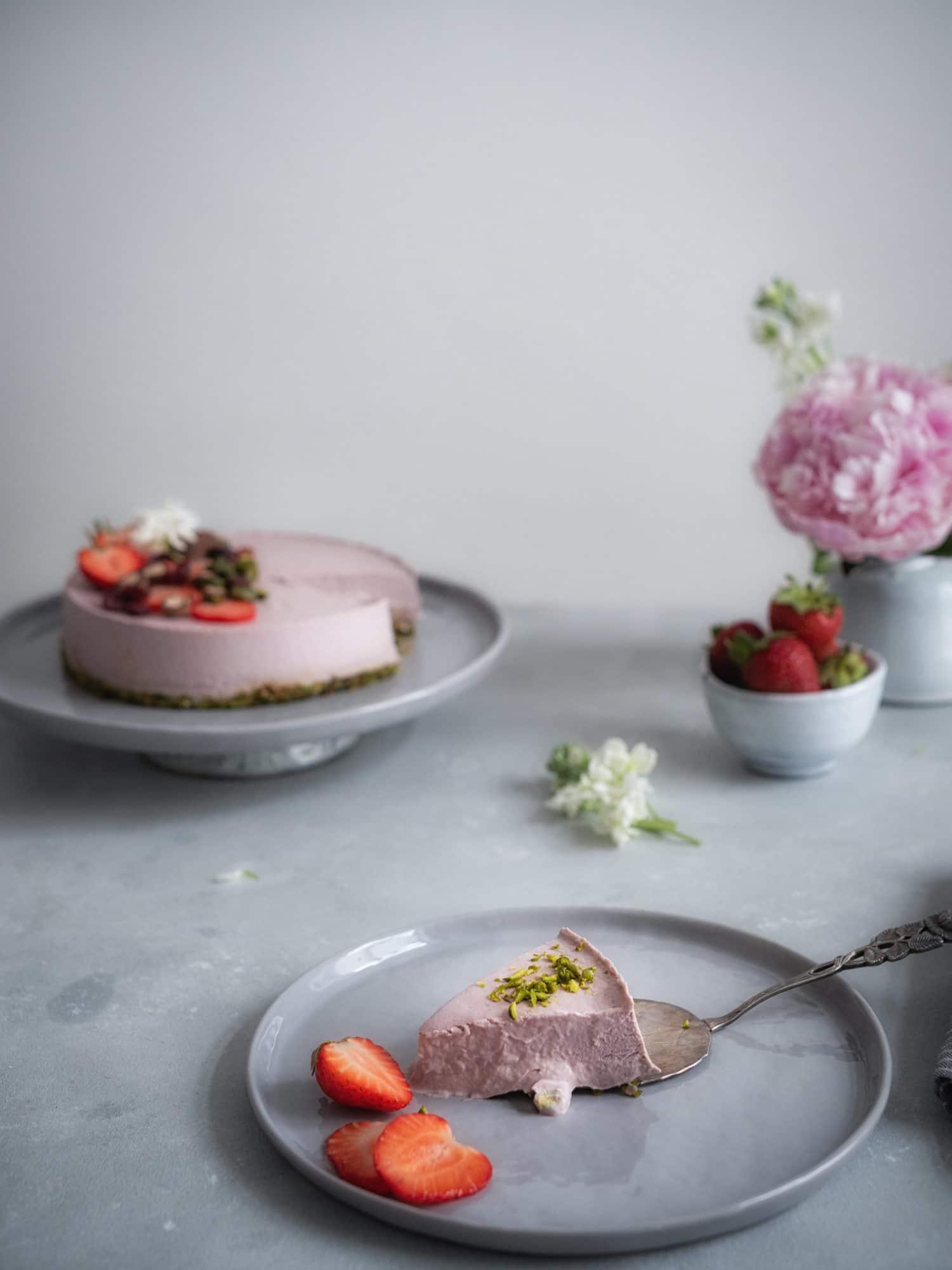 Vegane Eistorte mit Beeren auch als Rawcake zu servieren.