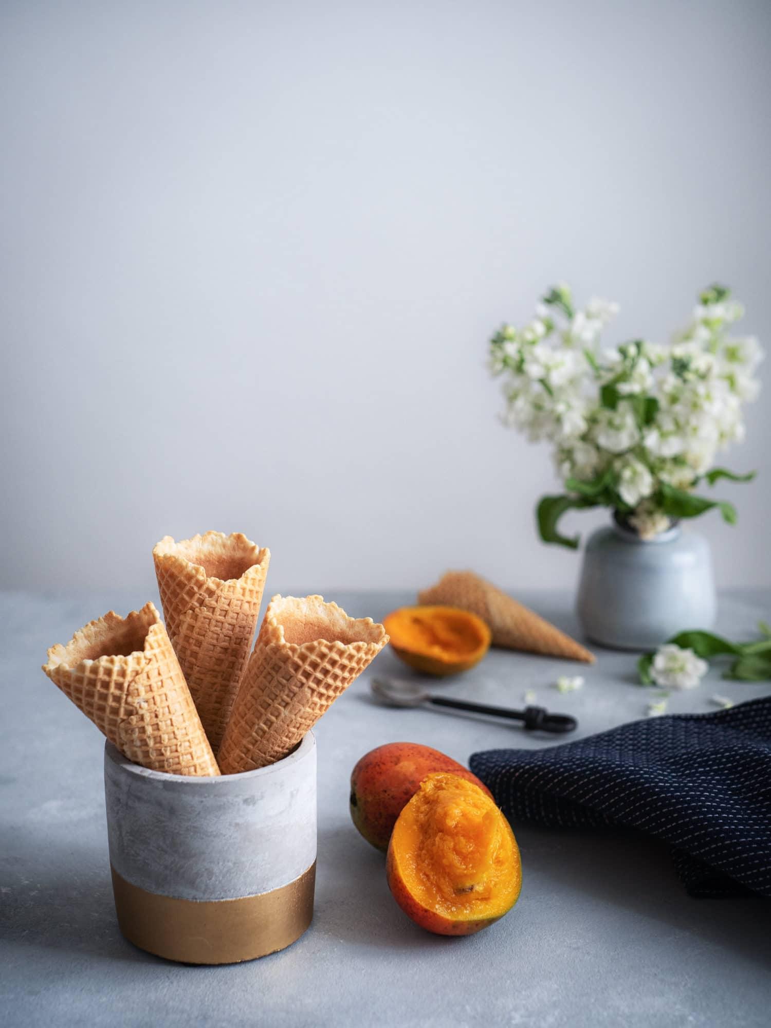 Veganes Sauerrahm Eis mit Mango