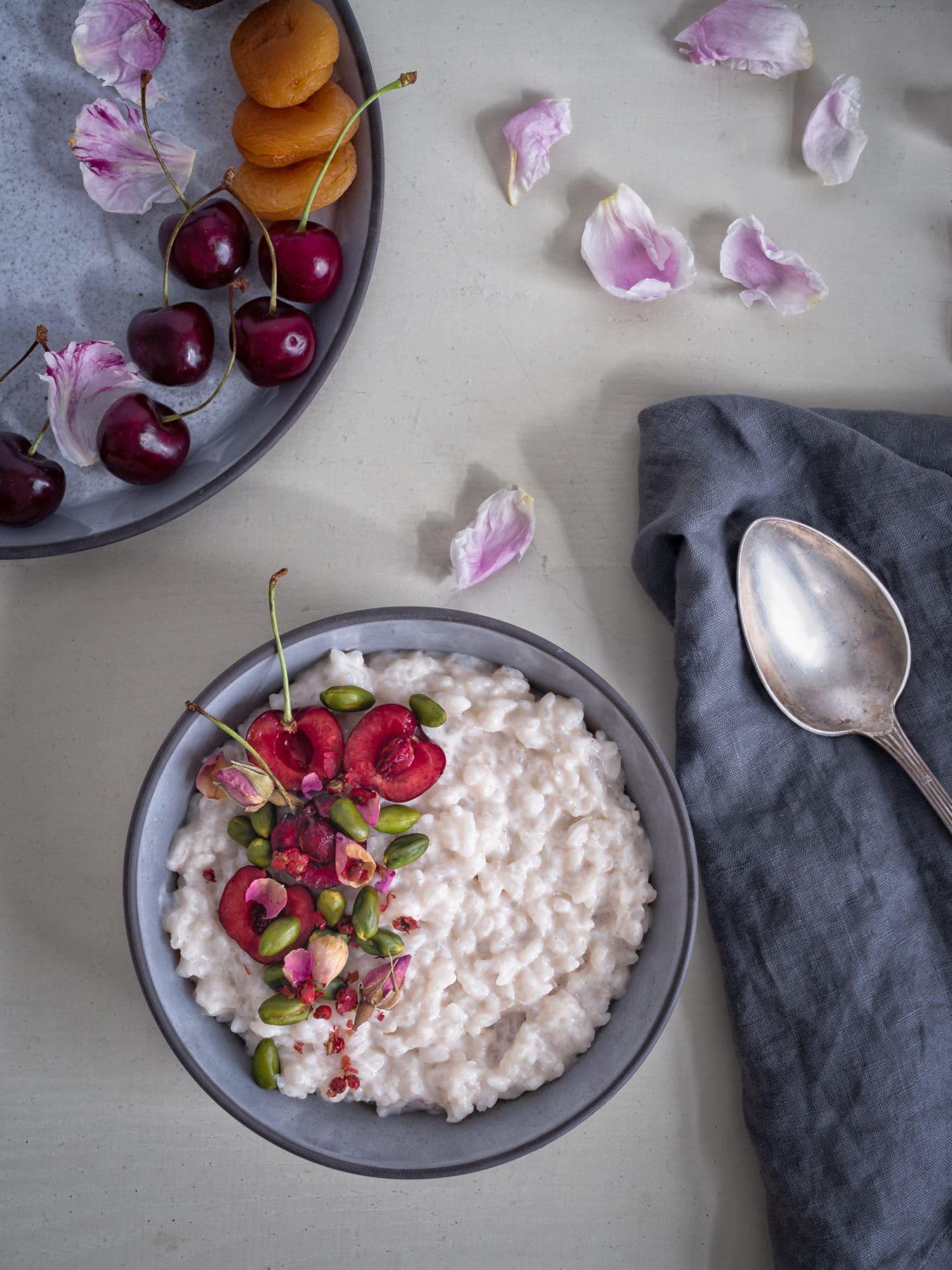 Ayurvedischer Reispudding mit Kirschen und Kardamom