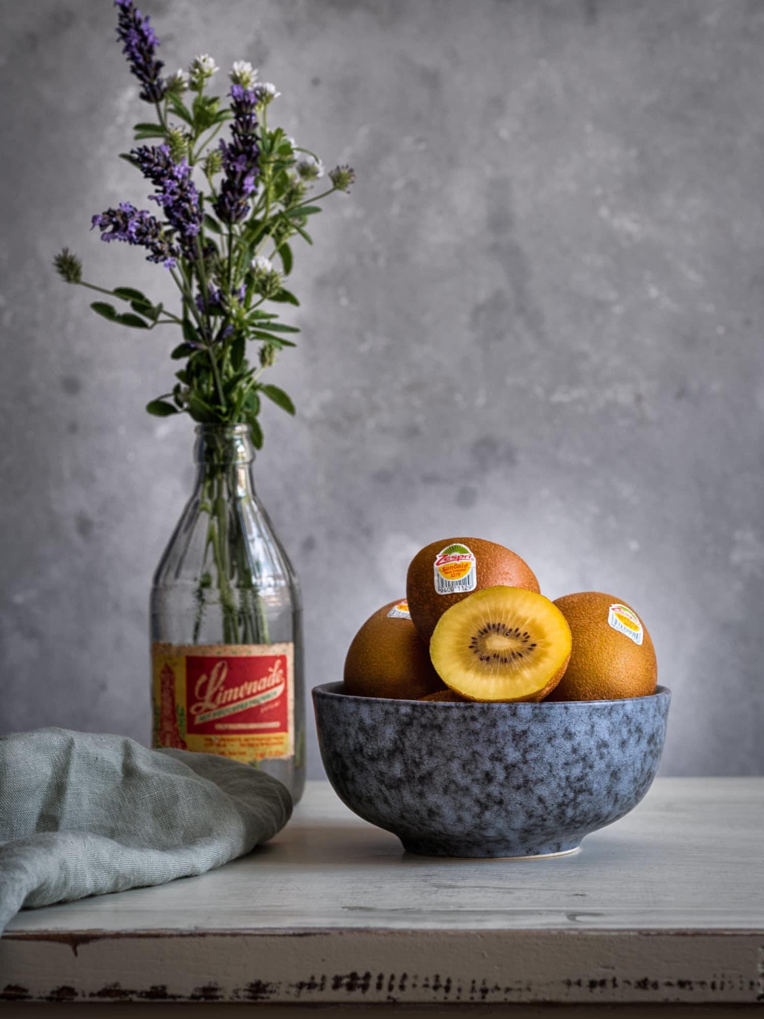 Zespri SunGold Kiwi in Schale auf Tisch . Sorbet Rezept