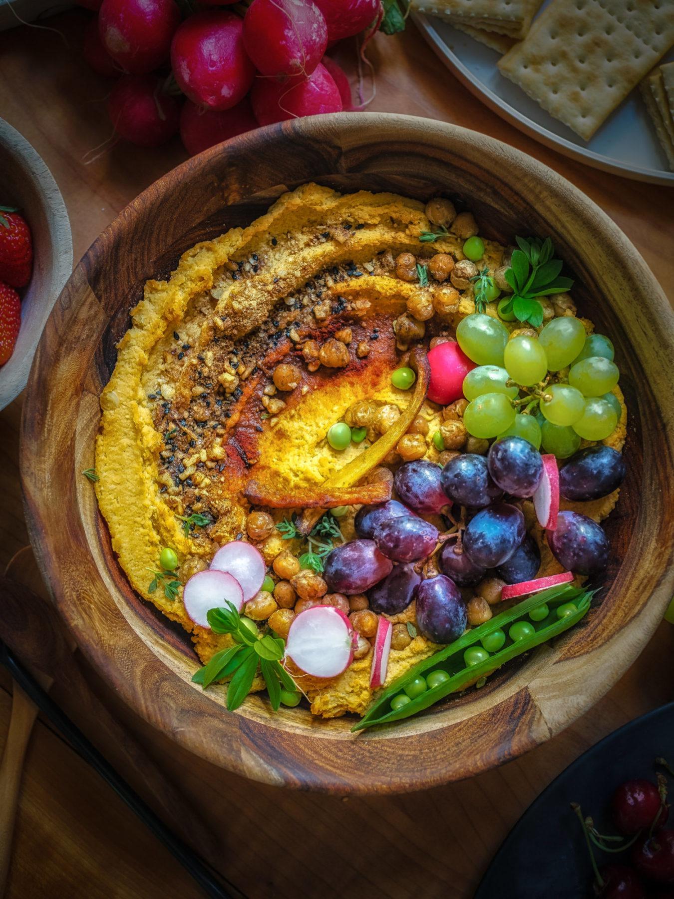 Kürbis Hummus in Schale mit Deko