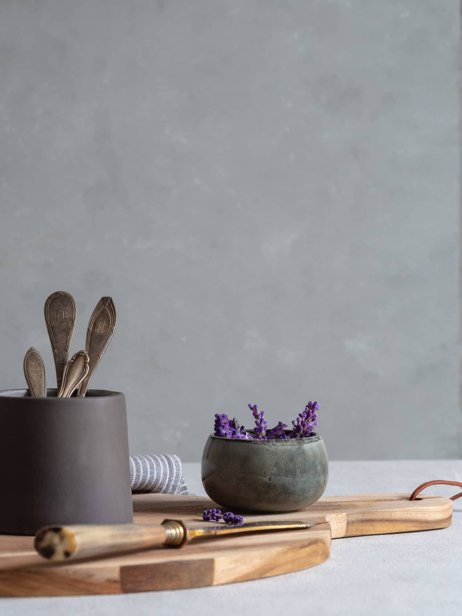 Lavendel und Besteck. Slow Living .