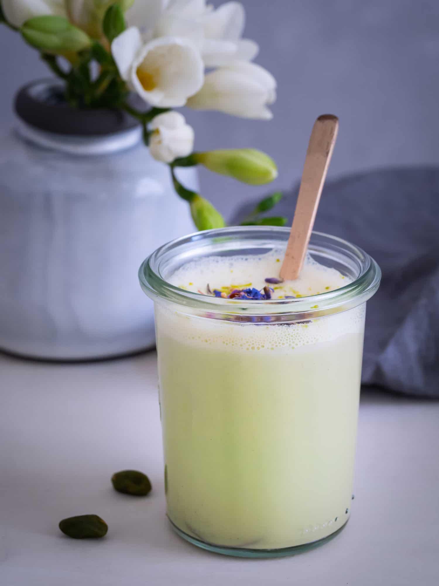 Pistazien Milch im Glas mit Blüten