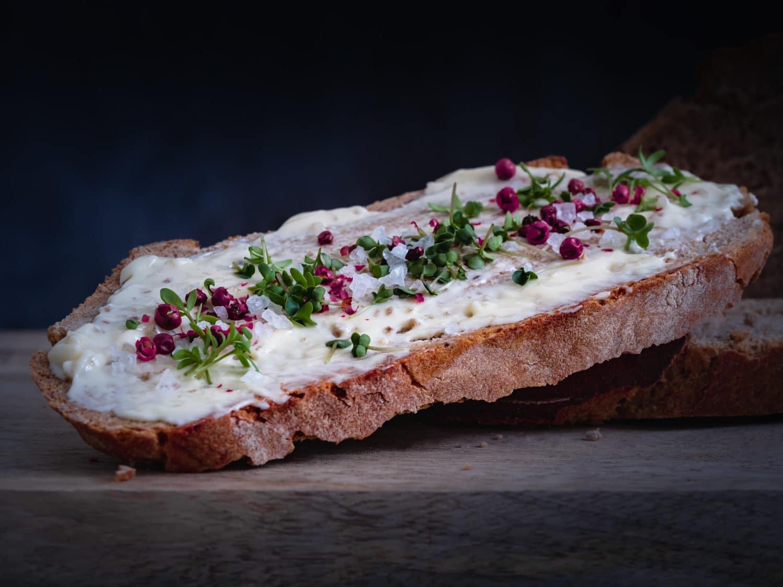 Butterbrot mit veganer Butter, Gewürzen und Kresse