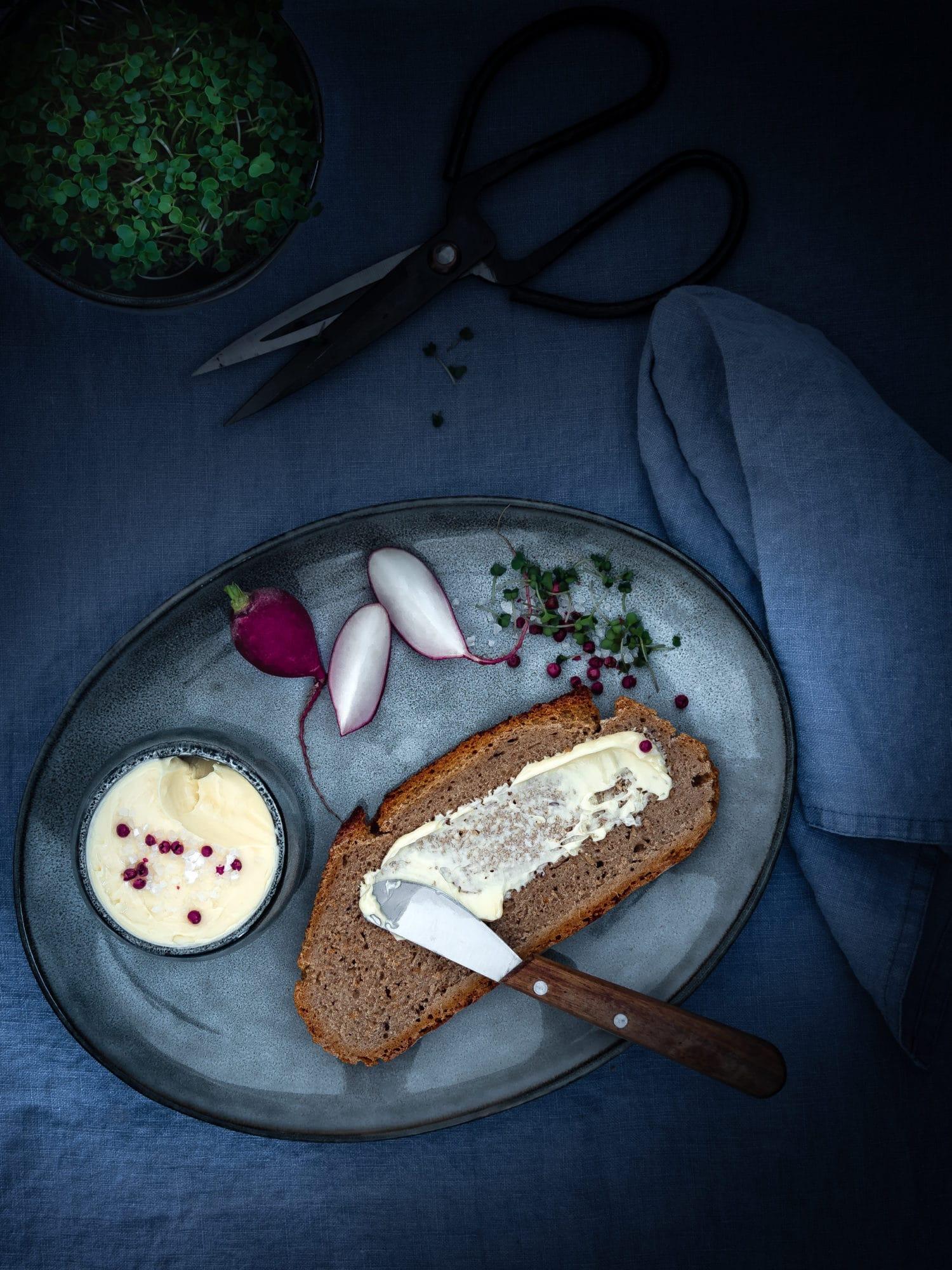 Brot mit veganer Butter auf Teller