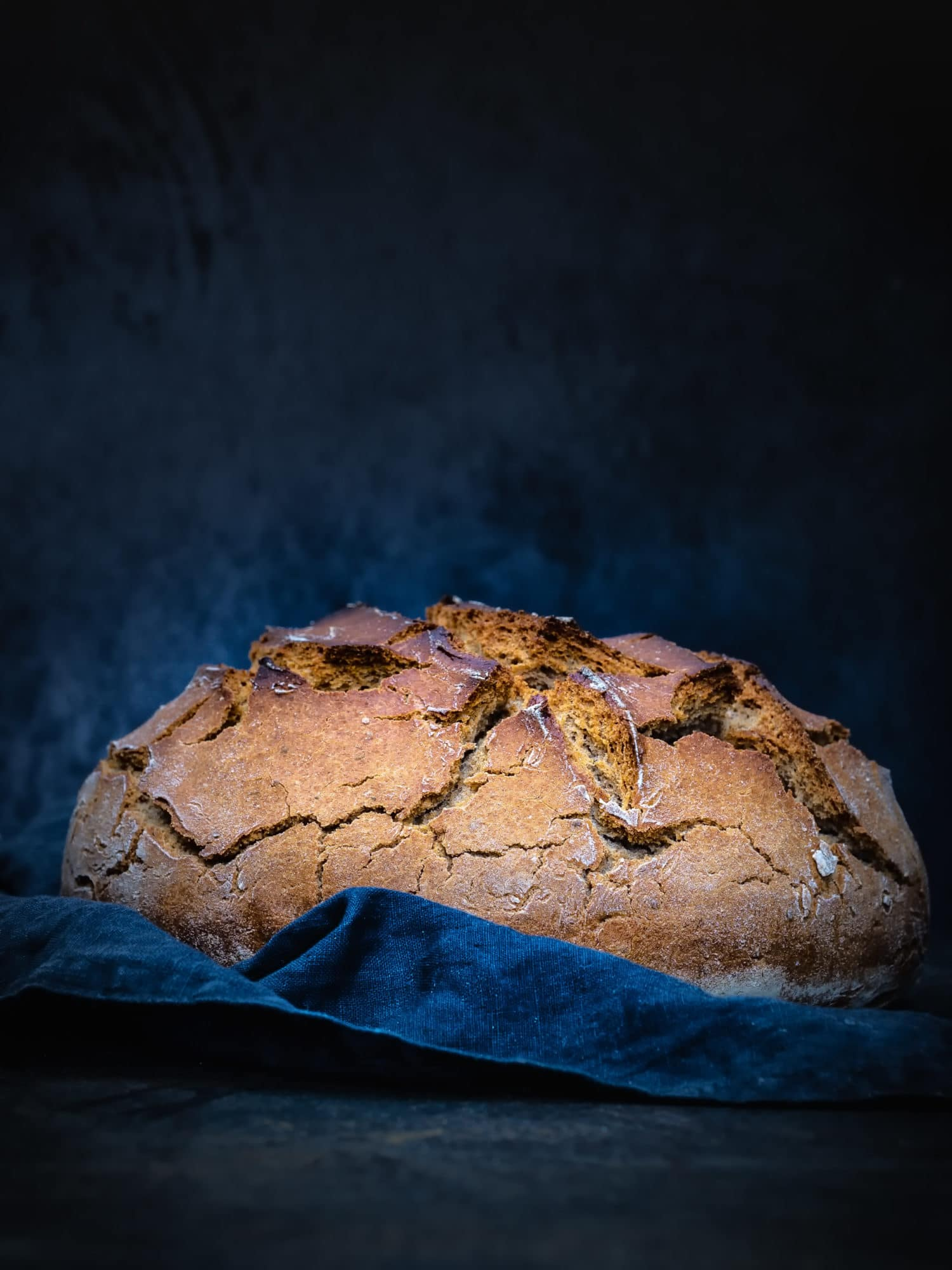 ganzes frisch gebackenes Brot