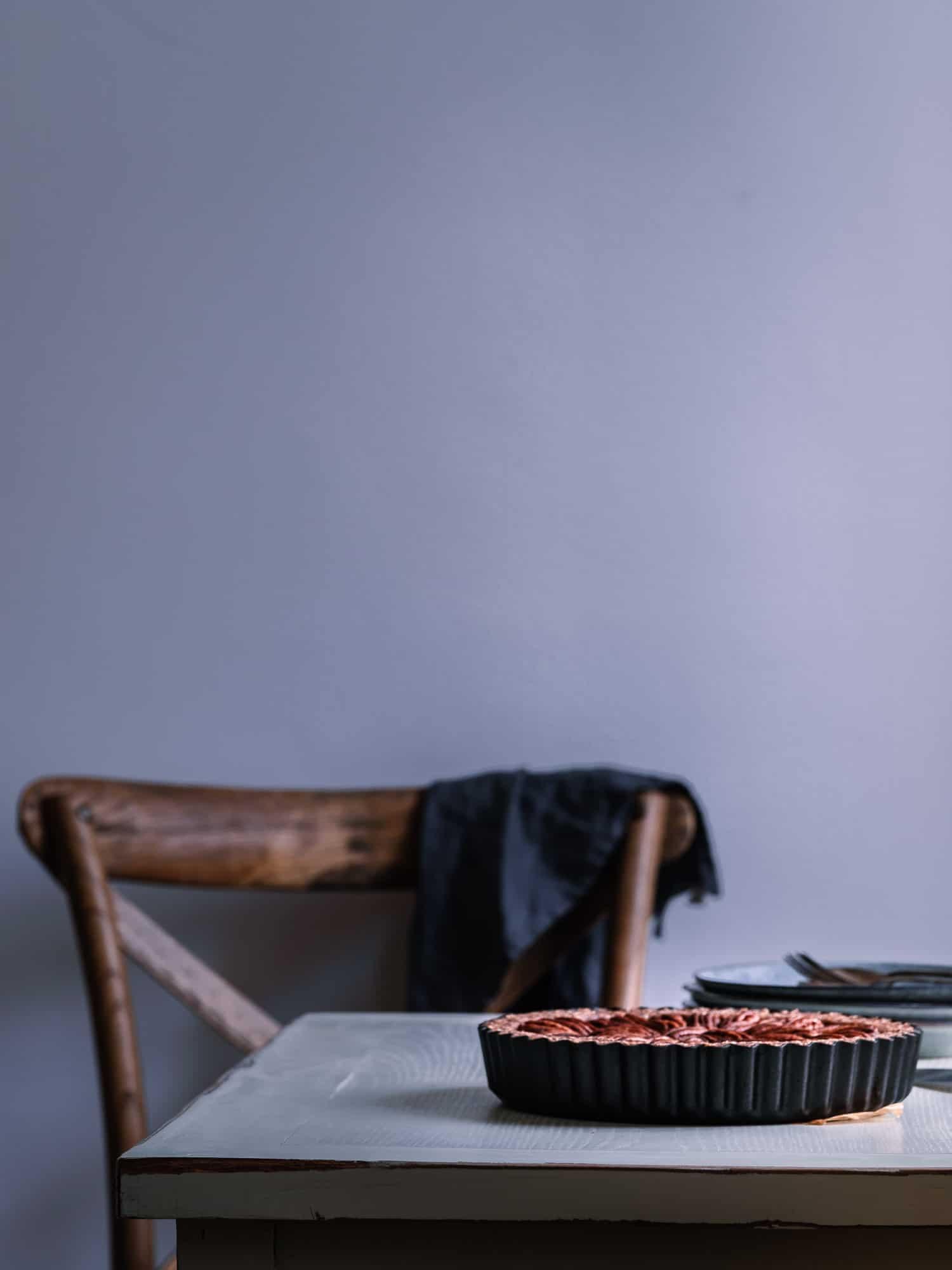 Pekan Nusskuchen Rezept ohne Mehl. Setting mit Tisch