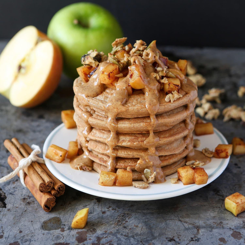 Apfel Zimt Pancakes mit eingekochten Äpfeln.