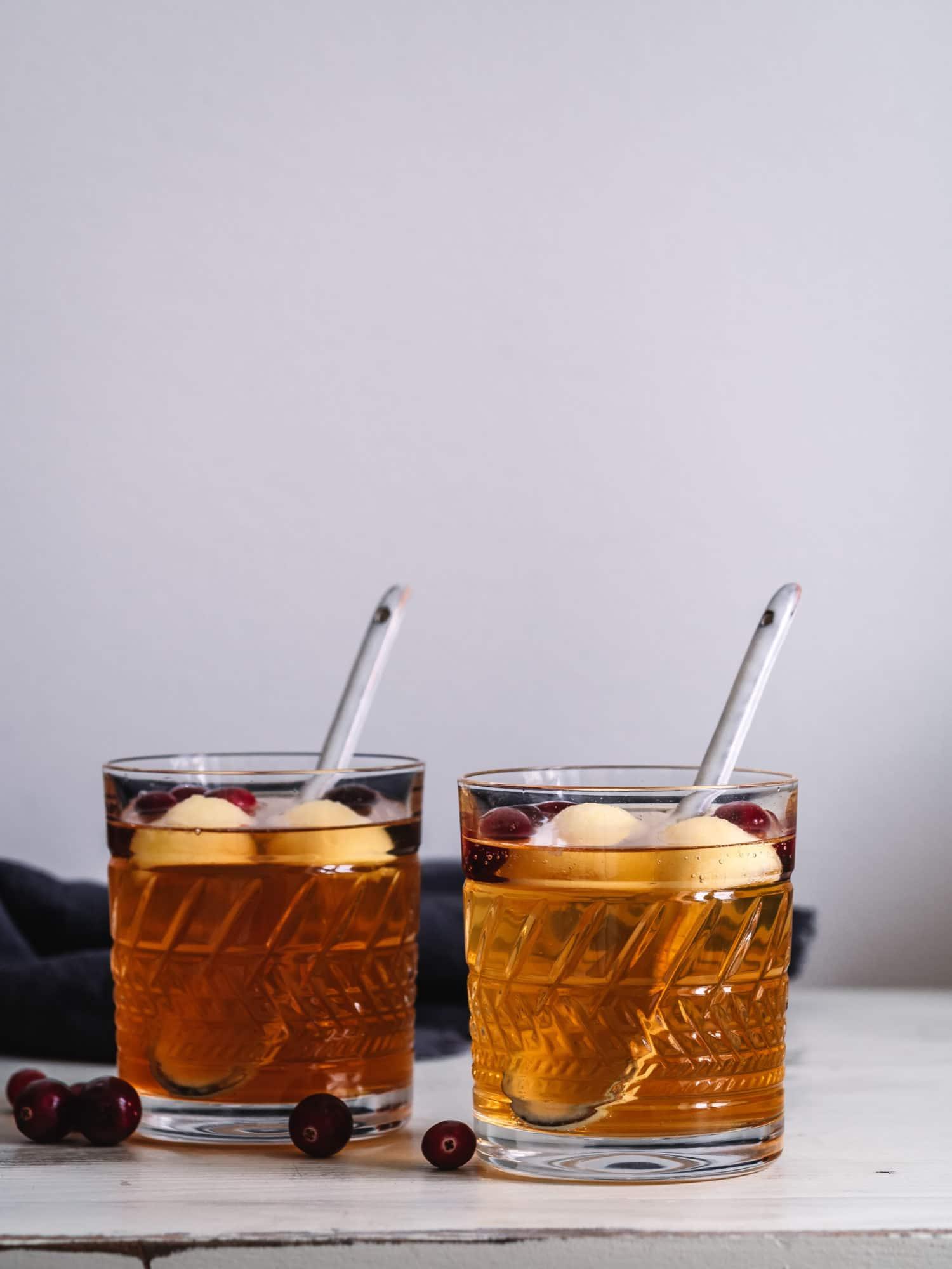 Alkoholfreie Bowle mit Äpfeln und Rosmarin, ein Weihnachtsklassiker
