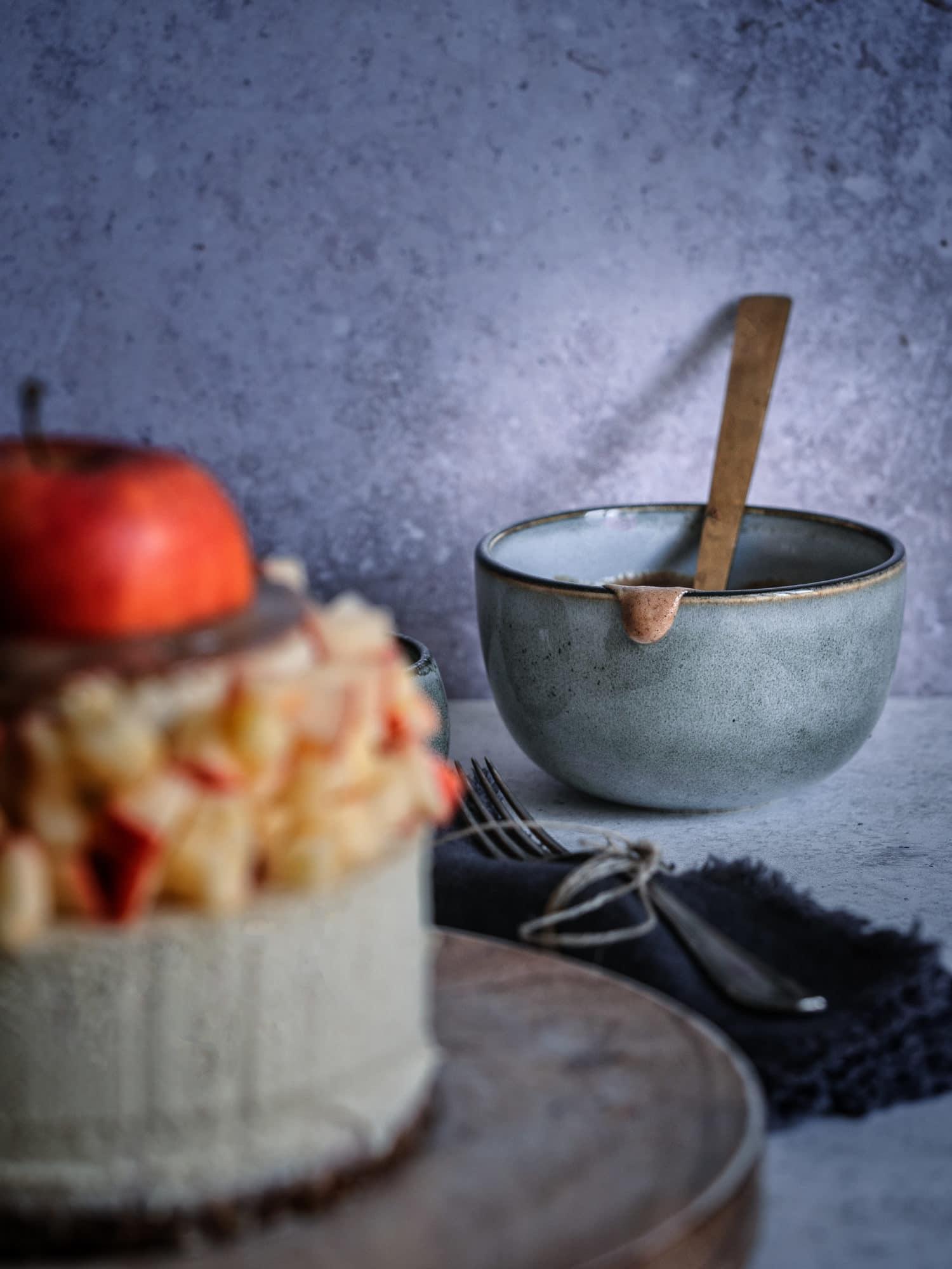 Kuchen ohne Backen mit Apfel obenauf und Karamell . Karamell in der Schale