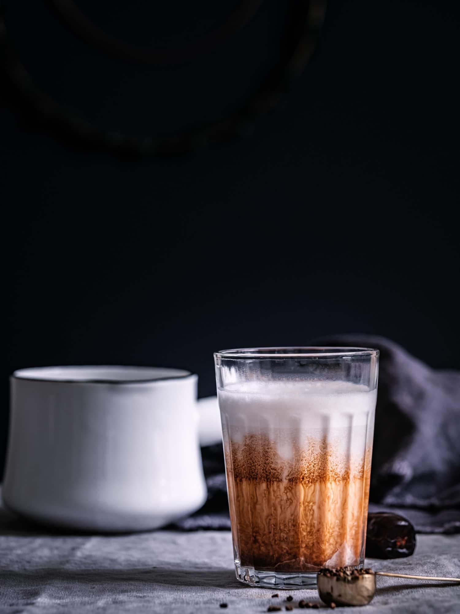 Latte Macchiato aus Fair Trade Kaffee mit pflanzlicher Milch, Datteln und Gewürzen