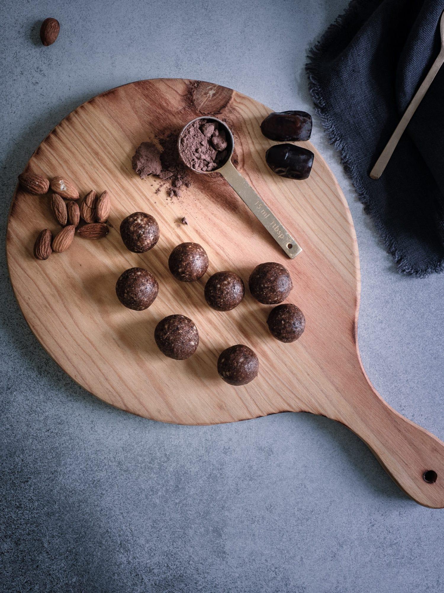 Lebkuchen Energiebällchen Energyballs aus Mandeln, Datteln und Schokolade einzeln in Schale