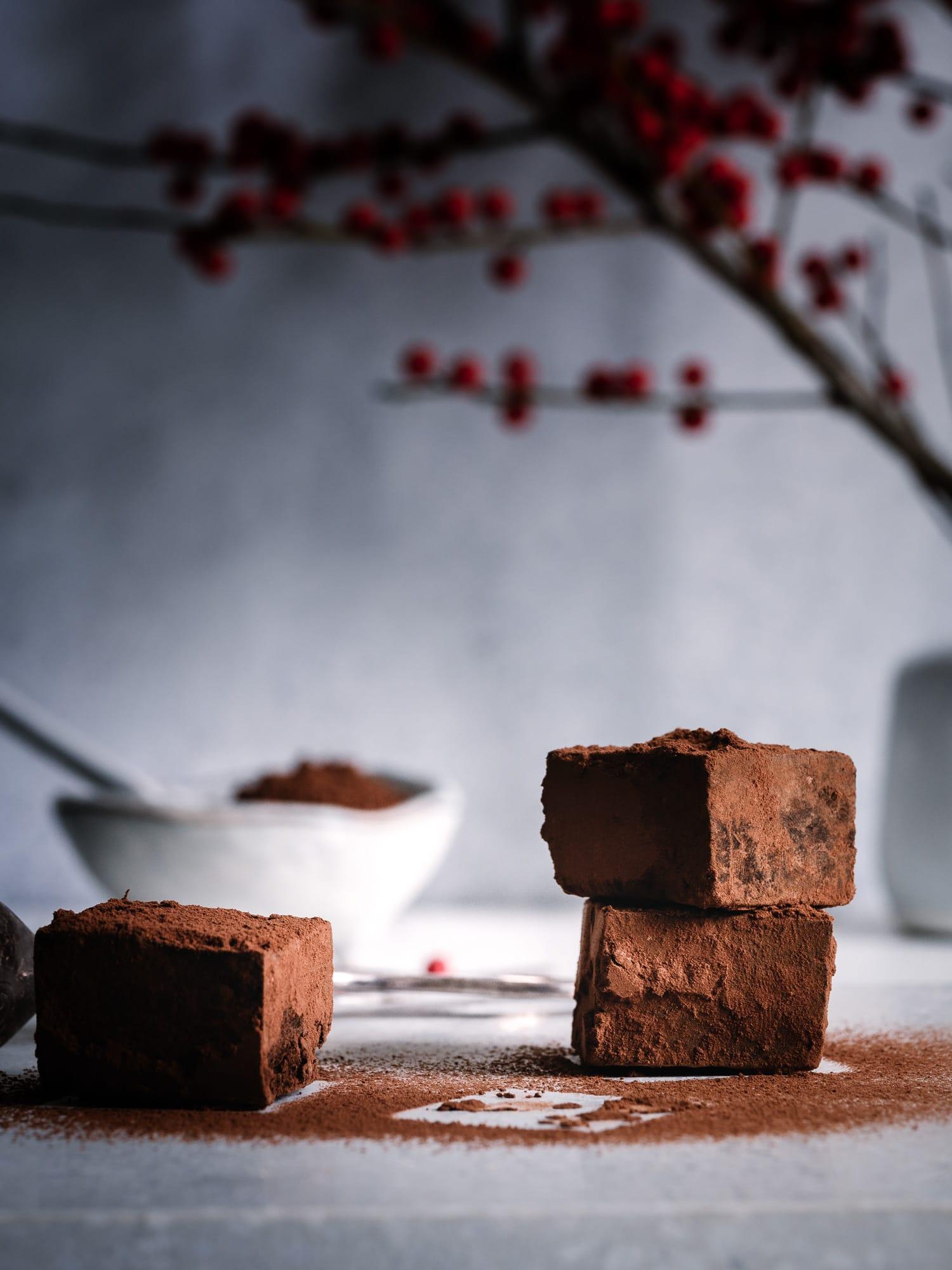 schokoladen Trüffel mit Gin und Kakaopulver