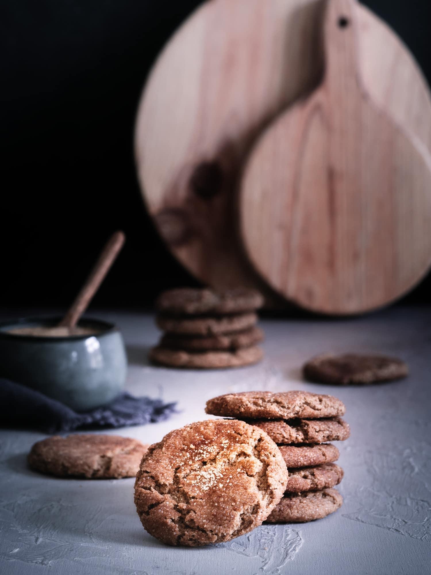 Einfache & schnelle Plätzchen für Weihnachten. Perfekt für Kinder. Mit braunem Zucker und Zimt. Gesund, ohne Schokolade, ohne Ei, vegan. #happymoodfood #plätzchenbacken #veganbacken #braunerzucker