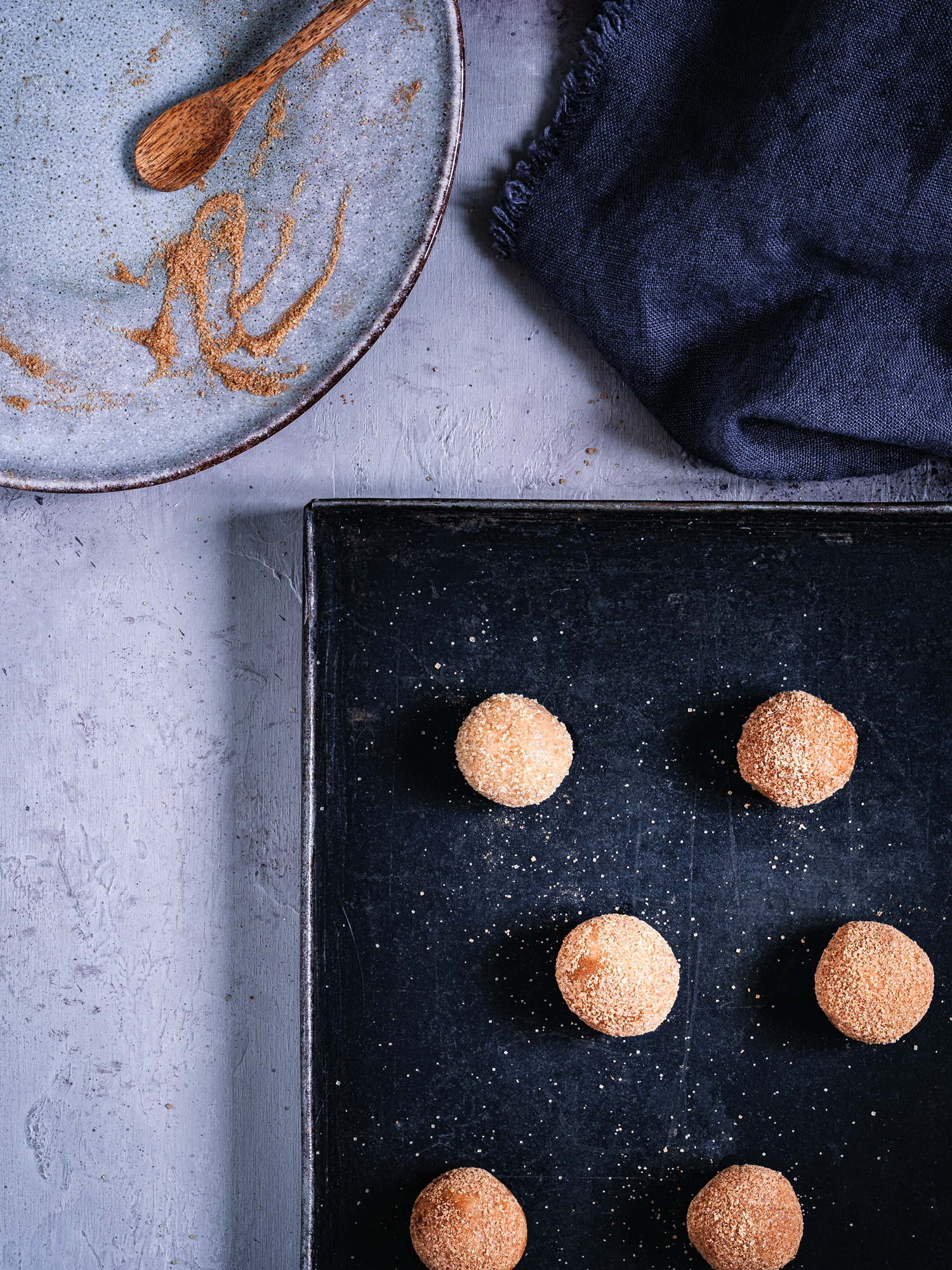 In Zimt und Zucker gerollte Snickerdoodles auf Backblech