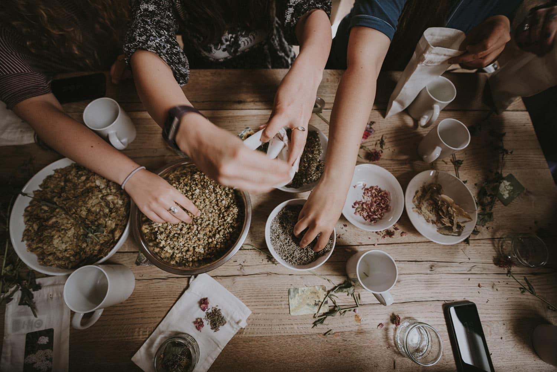 Ayurveda Gewürze auf Tisch