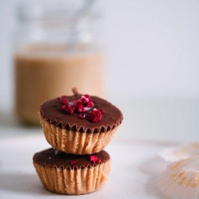 Zuckerfreie Erdnussbutter Cups aus nur 5 Zutaten. Plus Paleo taugliche Version.