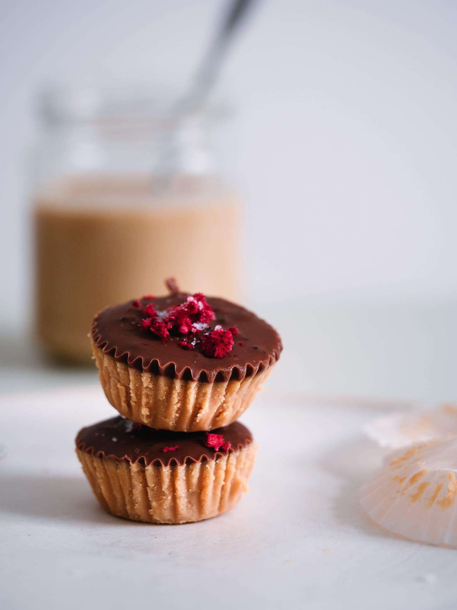 fertige zuckerfreie Erdnussbutter Cups mit Himbeeren und Steinsalz