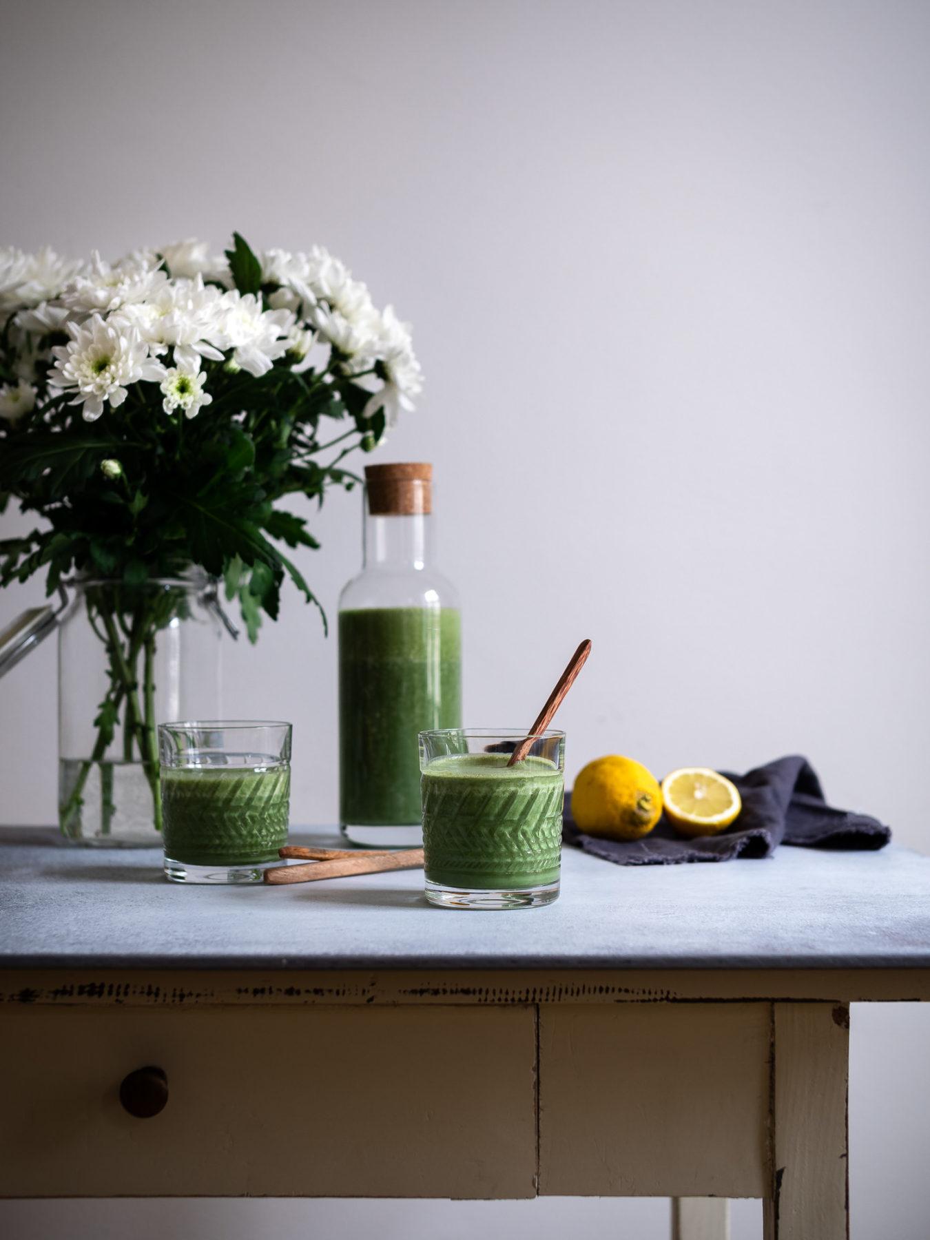 Grüner Spirulina Smoothie auf Tisch