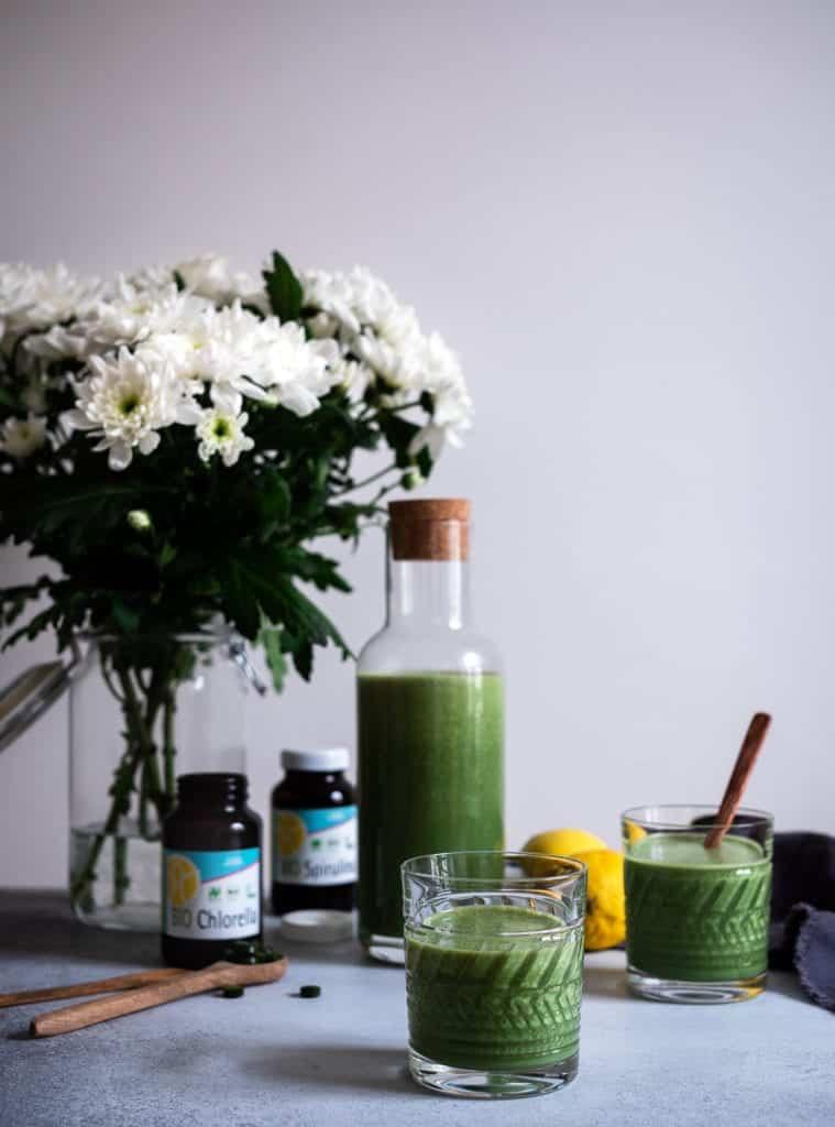 Grüner Smoothie mit Algen. Chlorella und Spirulina Smoothie