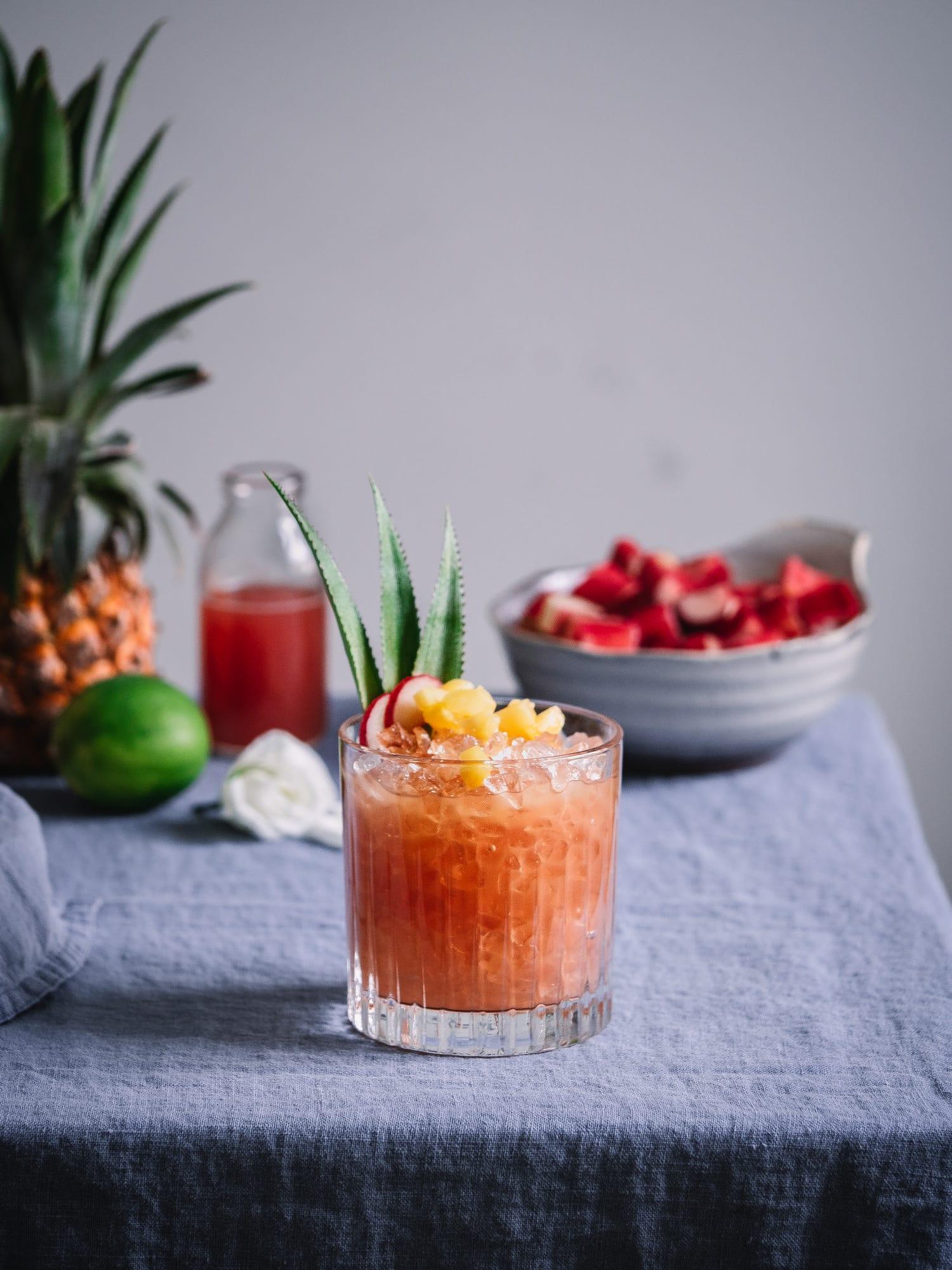 Tropischer Rhabarbersirup & Rum Cocktail mit Wood Stork Rum