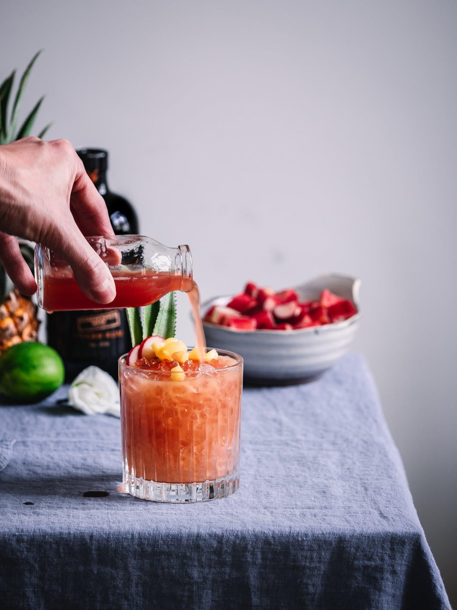 Rhabarbersirup mit Cocktail Glas und Wood Stork Spiced Rum