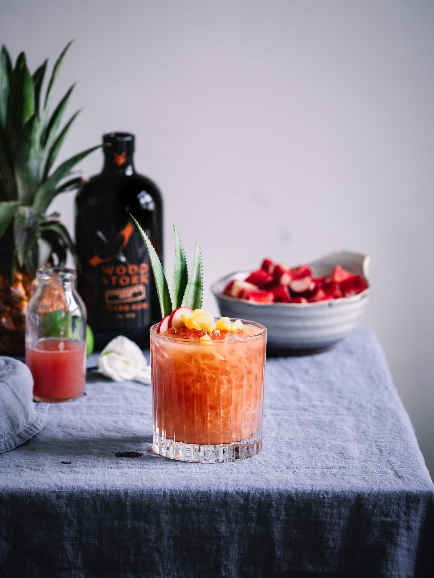 Rum Cocktail mit Rhabarbersirup
