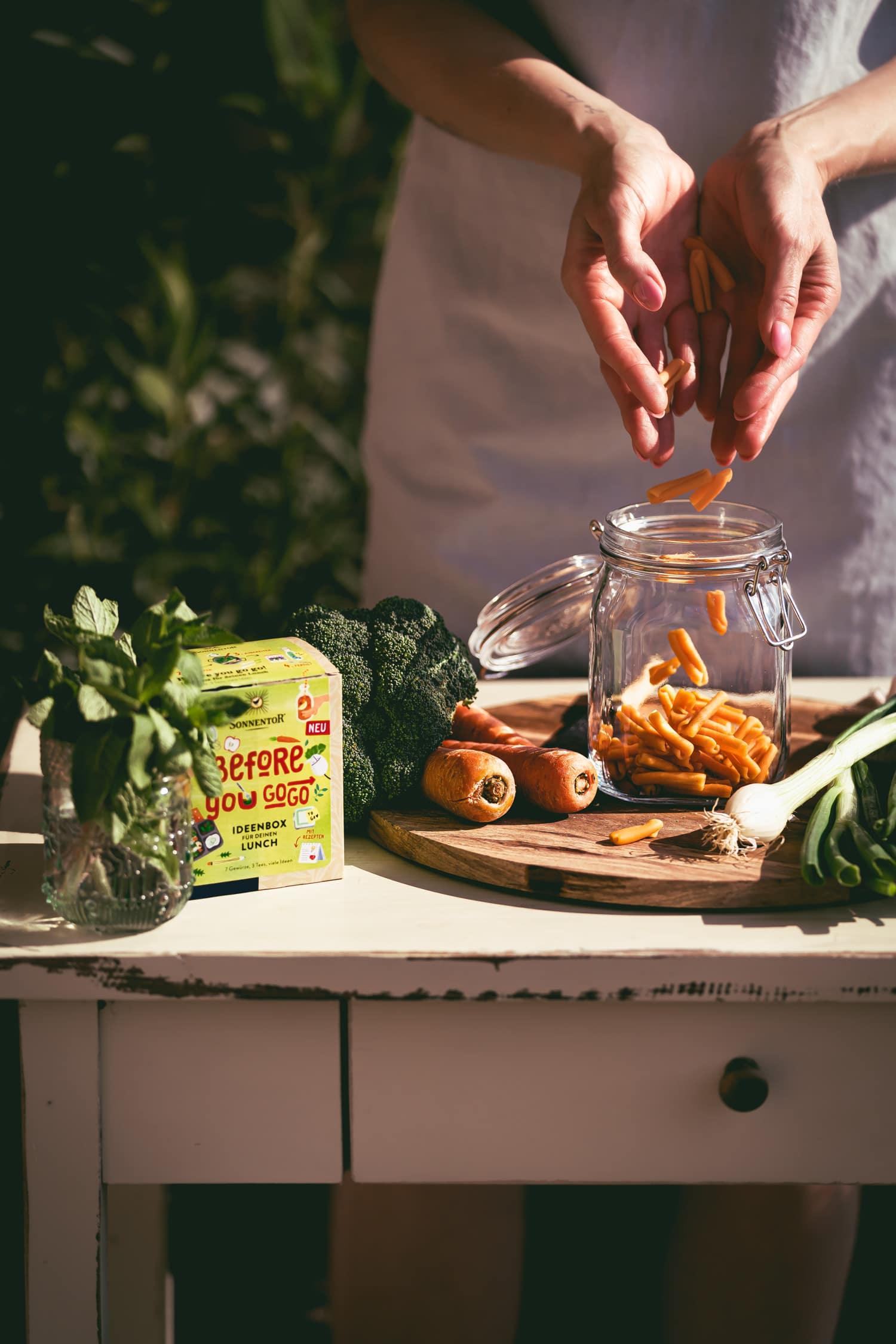 Making off veganer Nudelsalat