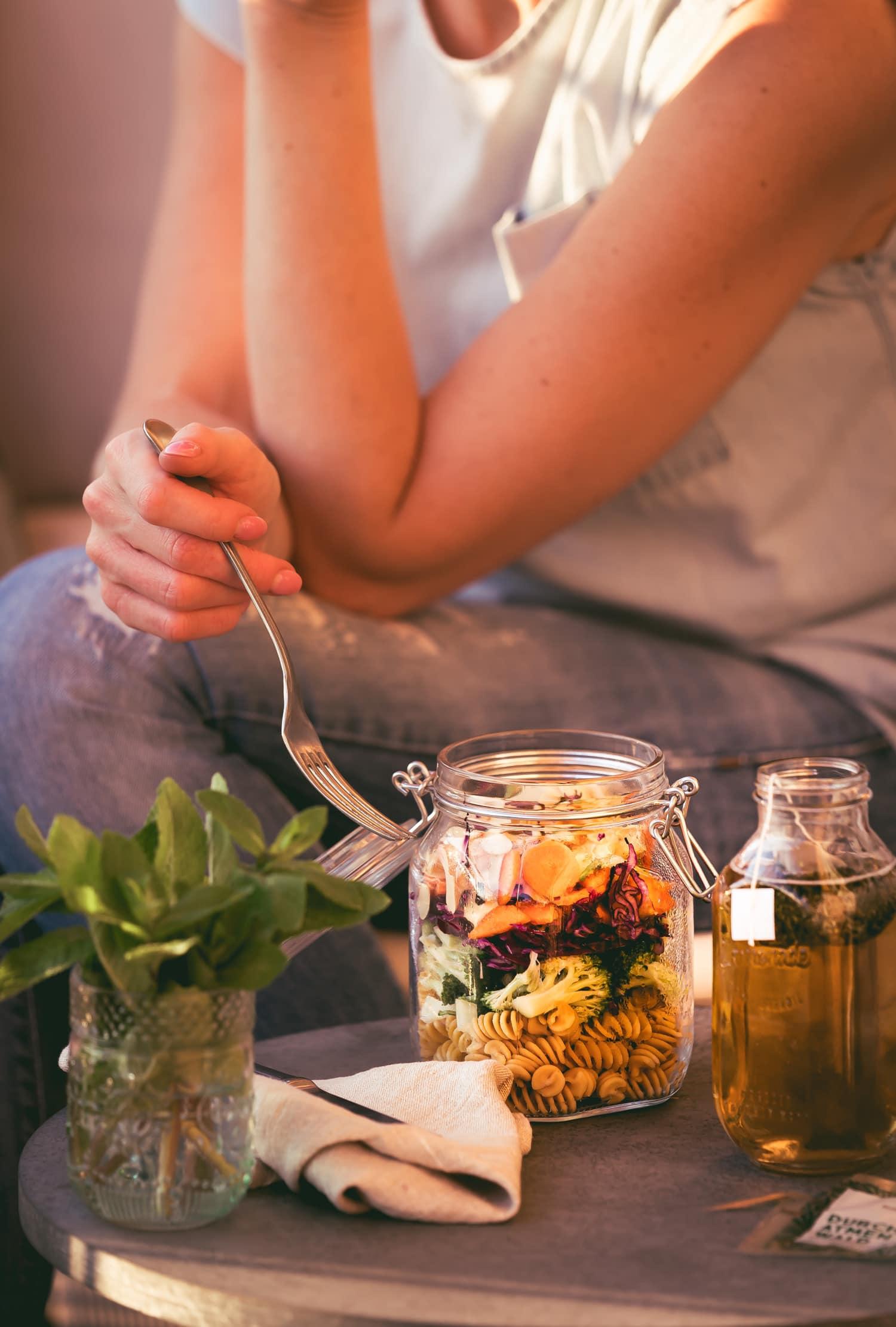 Veganer Nudelsalat und Tee für die Mittagspause