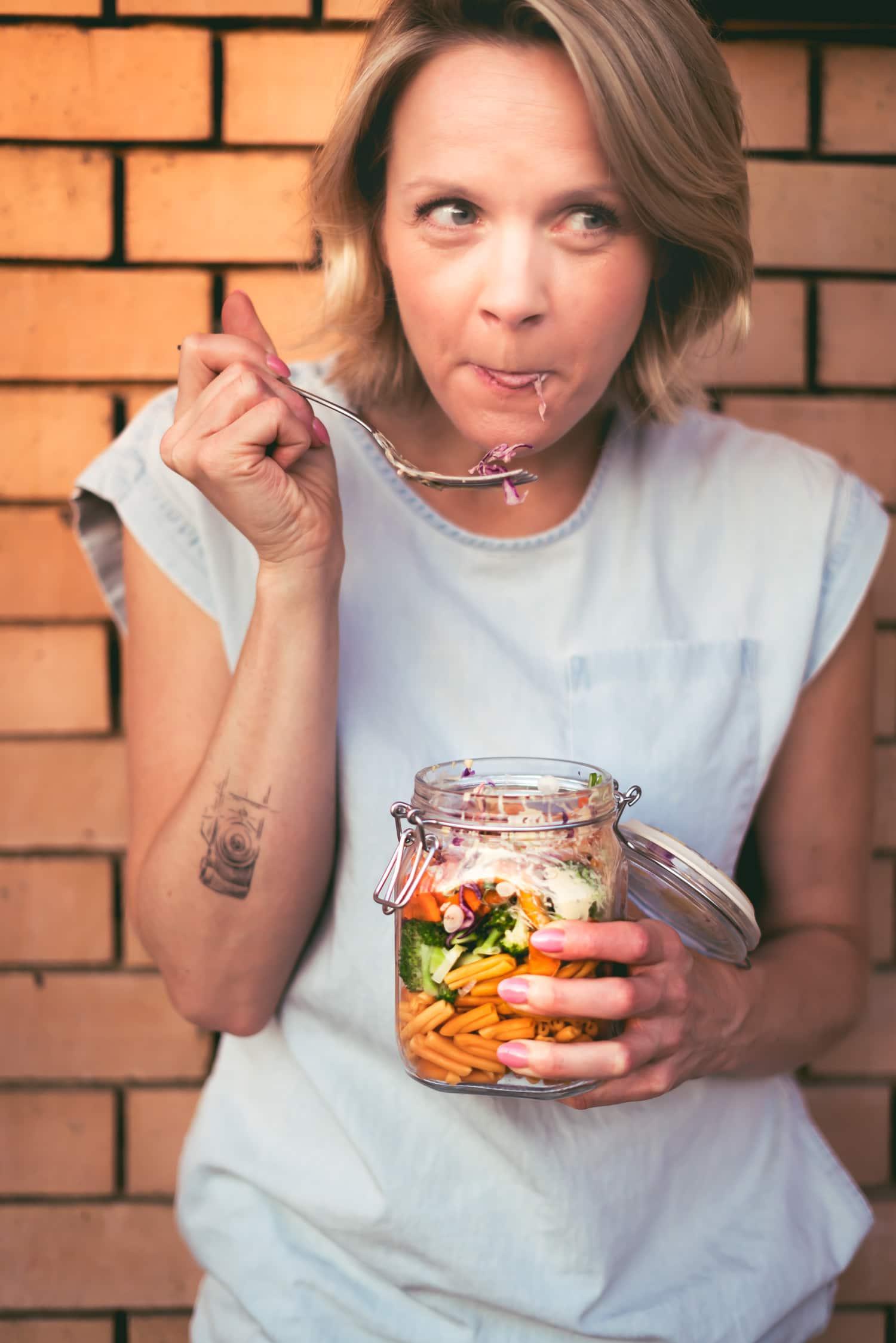 Stephanie Reinicke von happy.mood.food www.plantifulskies.com und veganer Nudelsalat