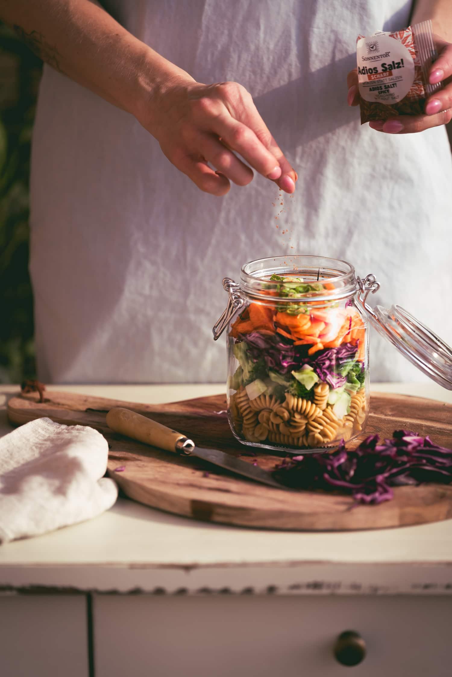 Veganer Nudelsalat im Glas zum mitnehmen mit Gewürzmischung